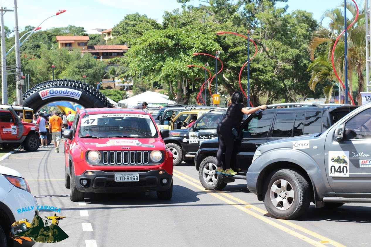 O jeep Renegade de Alexandre Mello e Eric Guedes se desloca após adesivação